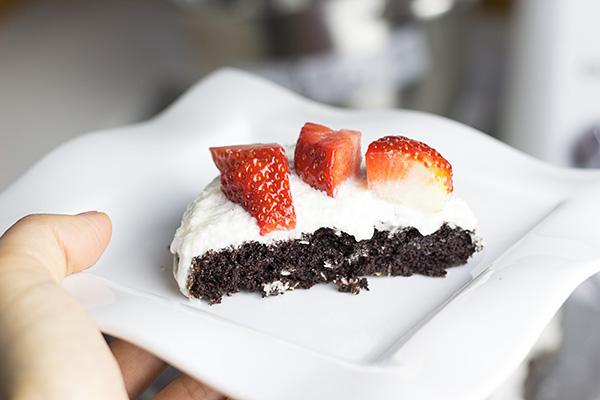 cokoladovy dort s jahodami_3