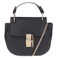 Černá menší kabelka s detaily ve zlaté barvě
