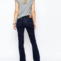 Tmavě modré džíny s rozšířenými nohavicemi