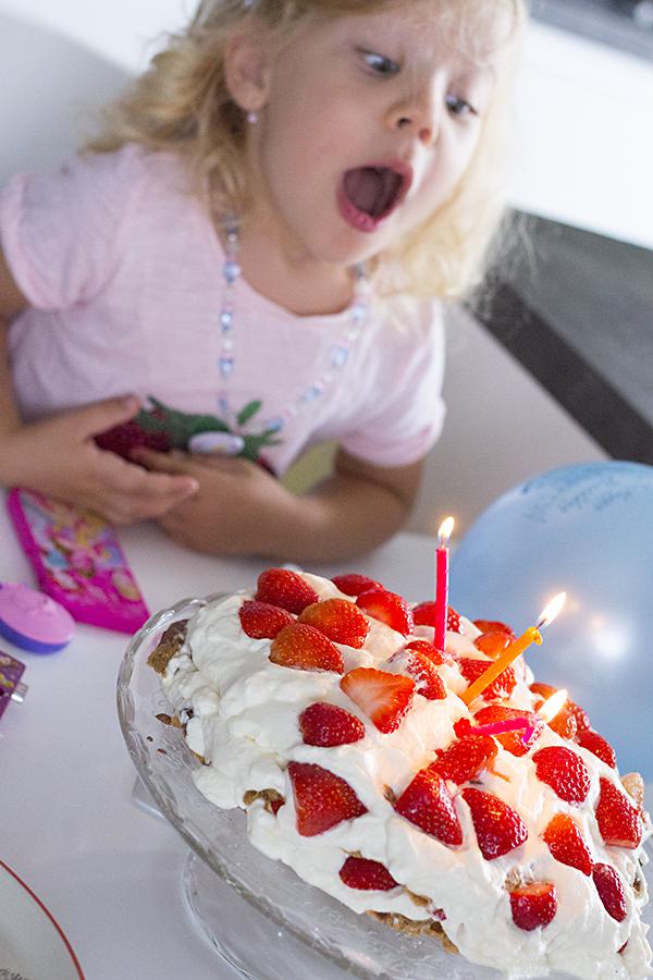 Den před oslavou jsem jí upekla dort – z kuchařky Máma mele vločky. Stela  si objednala 887545e4a5