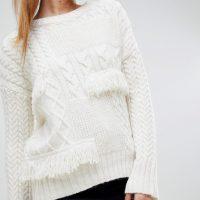 Bílý svetr s třásněmi