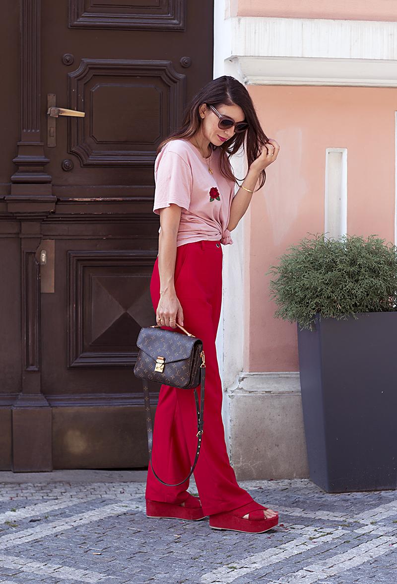 cervene kalhoty outfit