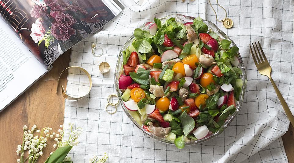 Těstovinový salát se zeleninou, avokádem, kuřecími kousky a jahodami / RECEPT